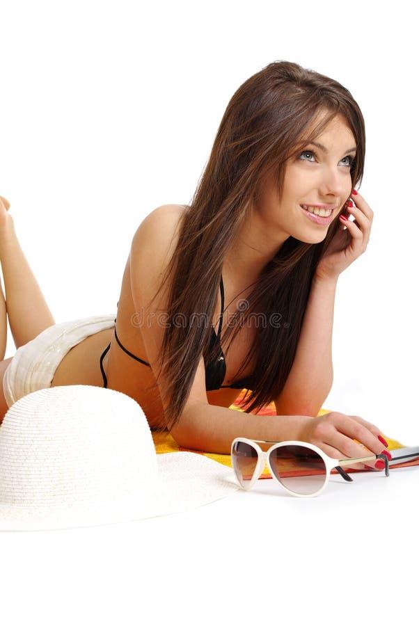 Ein schönes Mädchen im Bikini layin lizenzfreie stockbilder