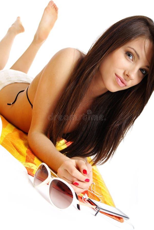 Ein schönes Mädchen im Bikini layin lizenzfreie stockfotos