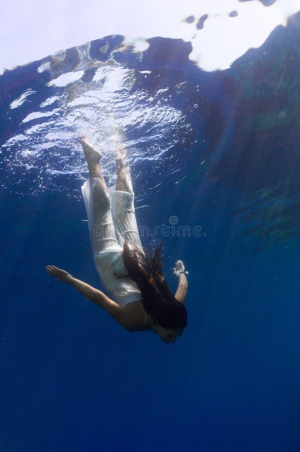 Ein schönes Mädchen Unterwasser lizenzfreie stockfotografie