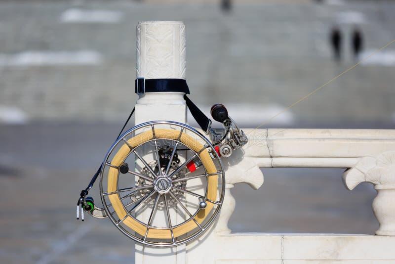 Ein schönes Metall schießt mit Faden in die Höhe, um Drachen nah zu fliegen oben lizenzfreie stockbilder