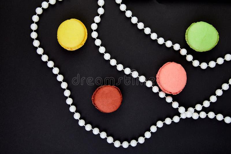 Ein schönes Muster gemacht von den Makronen und von den Perlen stockbilder
