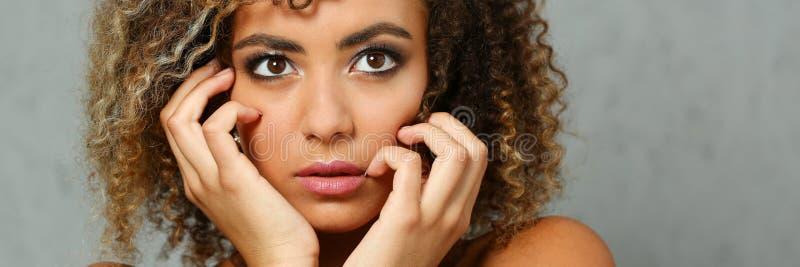 Ein schönes Porträt der schwarzen Frau Prüft das Gefühl lizenzfreies stockbild