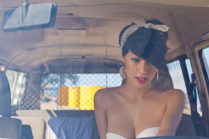 Ein schönes Retro-aussehendes Mädchen mit blauen Augen und rotem Lippenthrou lizenzfreie stockfotografie