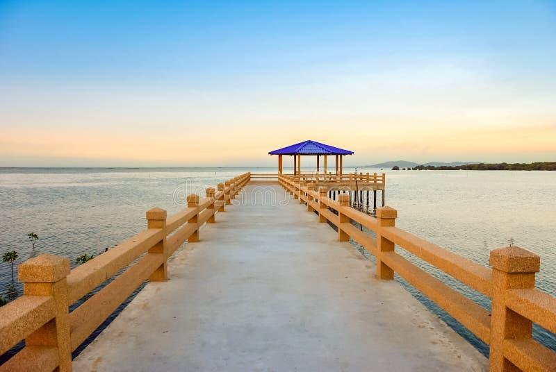 Ein schönes Wasser und eine Anlegestelle bei Sonnenuntergang lizenzfreies stockfoto