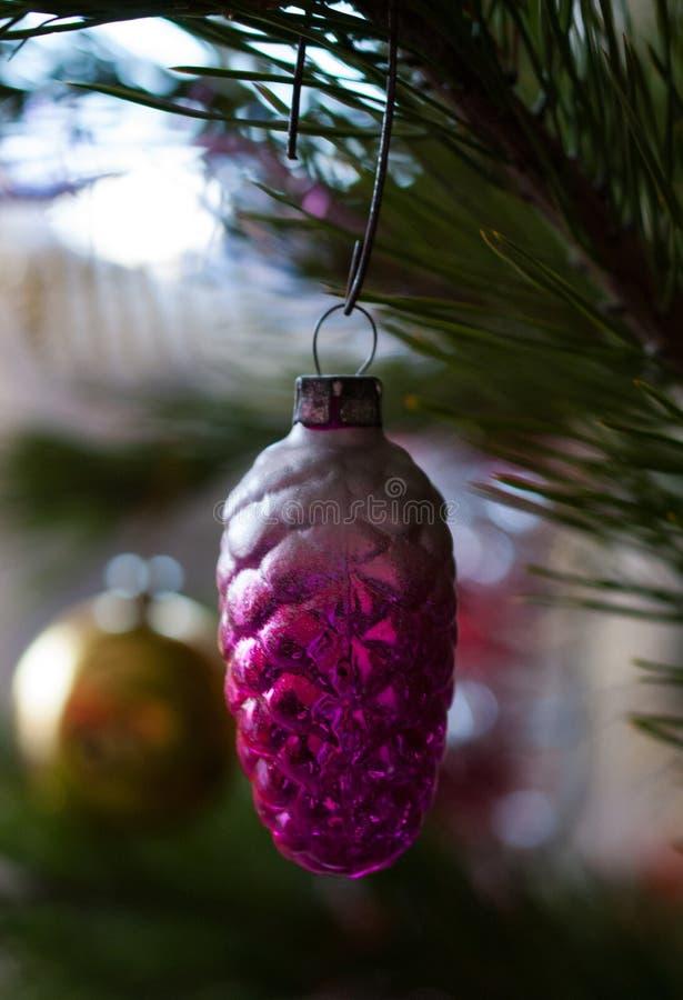 Ein schönes Weihnachtsspielzeug auf einer Weihnachtsbaumnahaufnahme stockfotos