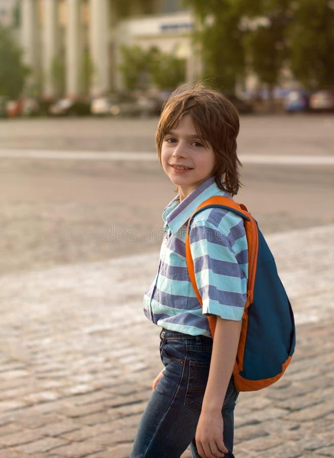 Ein Schüler blond, tragend in einem Hemd und in den Jeans, Wege mit einem kn lizenzfreie stockfotos
