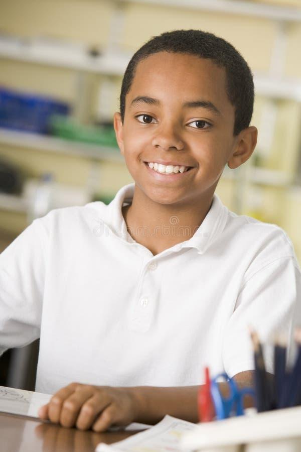 Ein Schüler, der in der Kategorie studiert lizenzfreie stockbilder