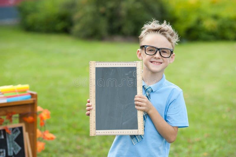 Ein Schüler, der ein Kreidebrett hält lizenzfreies stockbild
