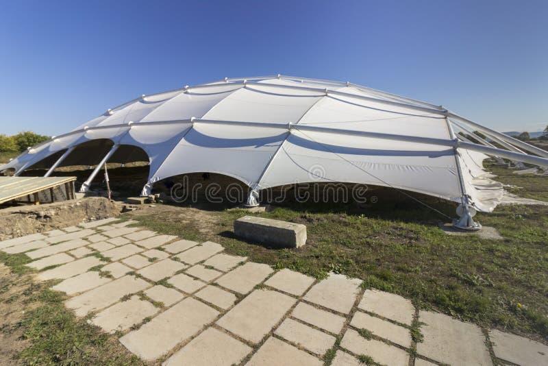 Ein schützendes Dach über alten Aushöhlungen in Pliska lizenzfreies stockfoto