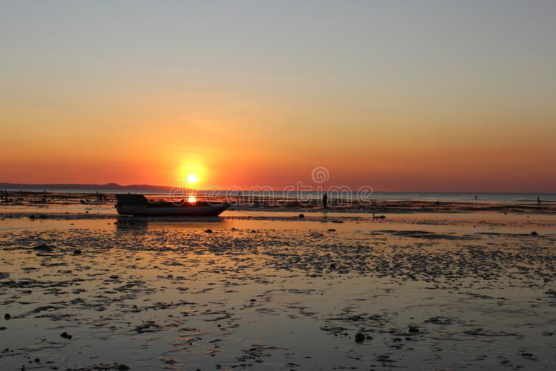 Ein sch?ner Sonnenuntergangpanoramablick der K?ste lizenzfreies stockfoto