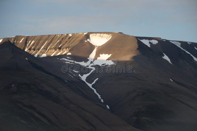 Ein Schalengletscher in den Bergen auf Spitzbergen stockbild