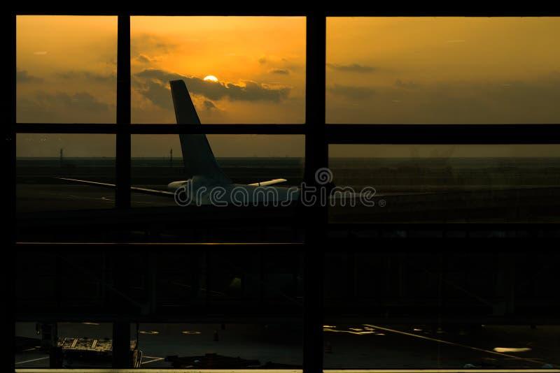 Ein Schattenbild des Flughafens bei Sonnenuntergang stockbilder