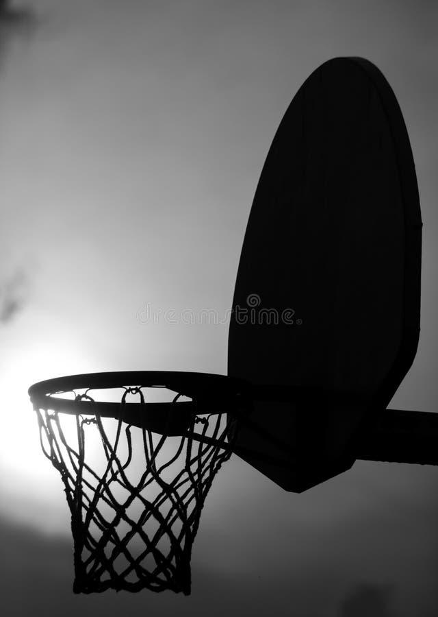 Ein Schattenbild eines Basketballkorbes stockbilder