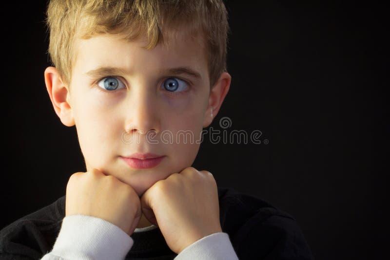 Ein schielender Junge lizenzfreies stockbild