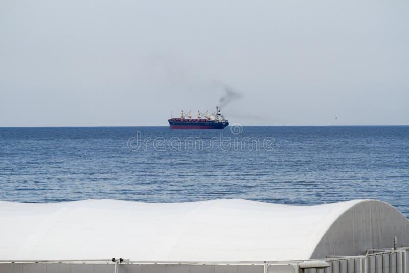 Ein Schiff auf dem Ozean stockfoto