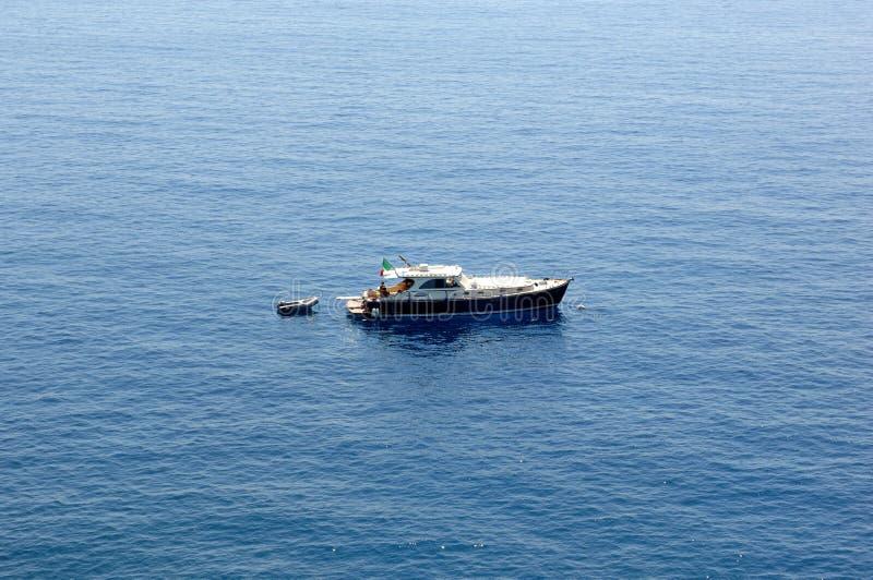Ein Schiff in Riviera Ligure di Levante lizenzfreie stockfotografie