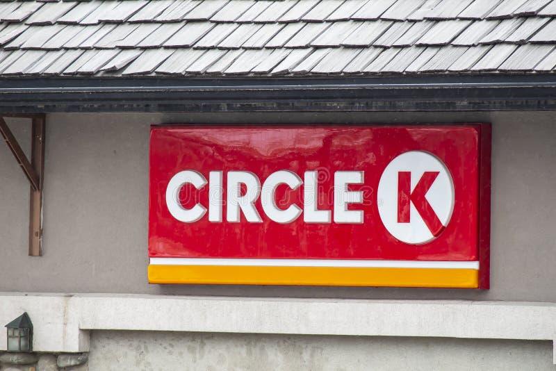 Ein Schild eines Circle-K überzeuce Store Robbery, der bei Circle-K illustrativ stockfotografie