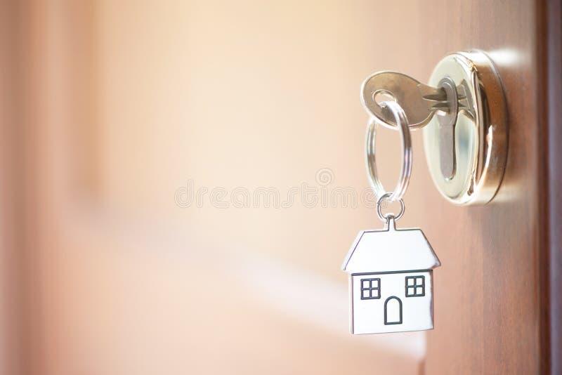 Ein Schlüssel in einem Verschluss mit Hausschlüssel lizenzfreie stockbilder