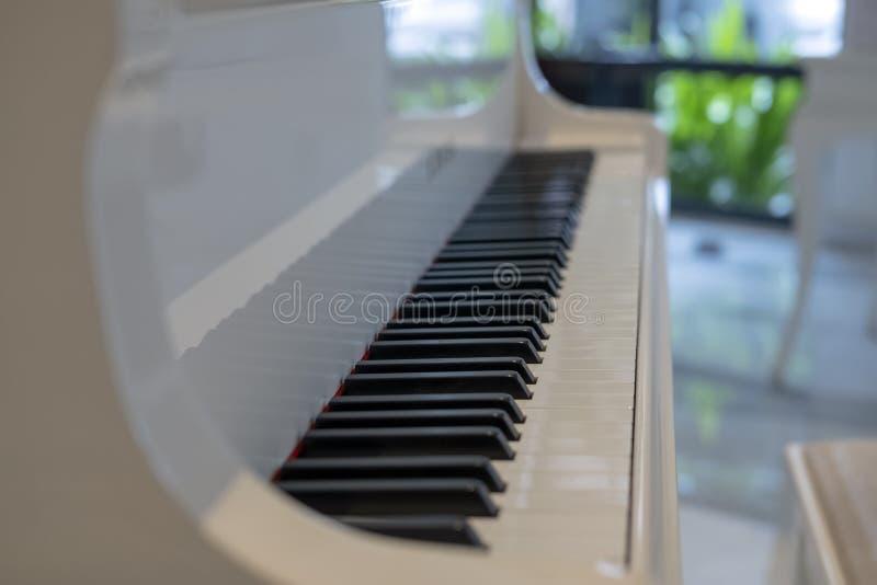 Ein Schlüsselklavier 88 auf einem weißen Klavier stockfotos