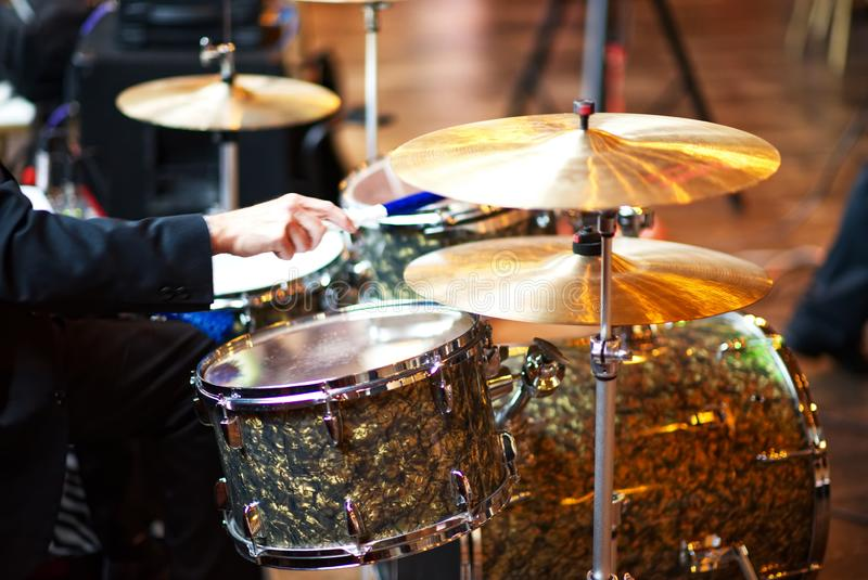 Ein Schlagzeuger, der einen kleinen Trommelsatz spielt lizenzfreie stockbilder