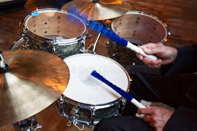Ein Schlagzeuger, der einen kleinen Trommelsatz spielt stockbild