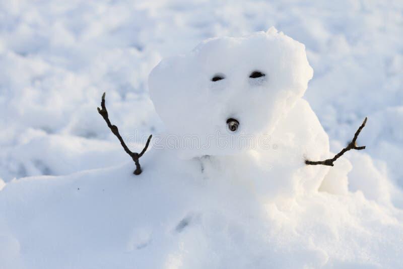 Ein schlecht gemachter Schneemann stockbilder