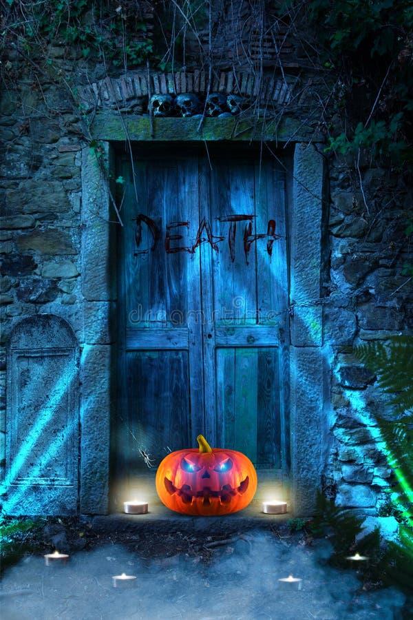 Ein schlecht lachender gespenstischer furchtsamer orange Kürbis mit dem Glühen mustert vor einem Kirchhof nachts lizenzfreies stockfoto