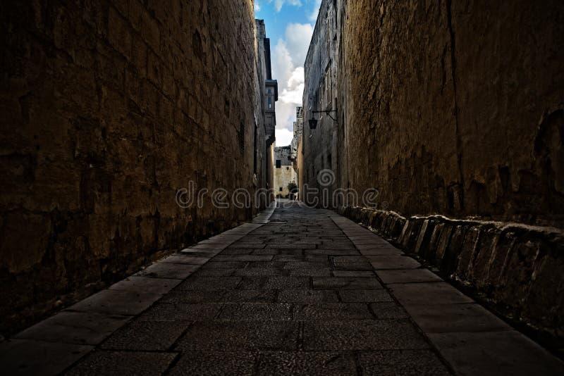 Ein schmaler Durchgang in Mdina, Malta lizenzfreie stockbilder