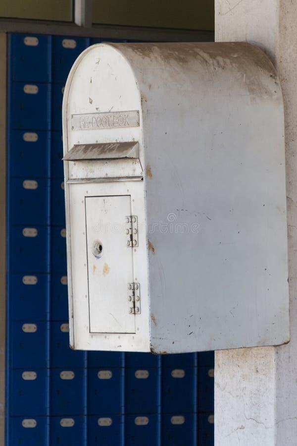 Ein schmutziger weißer Briefkasten lizenzfreies stockfoto