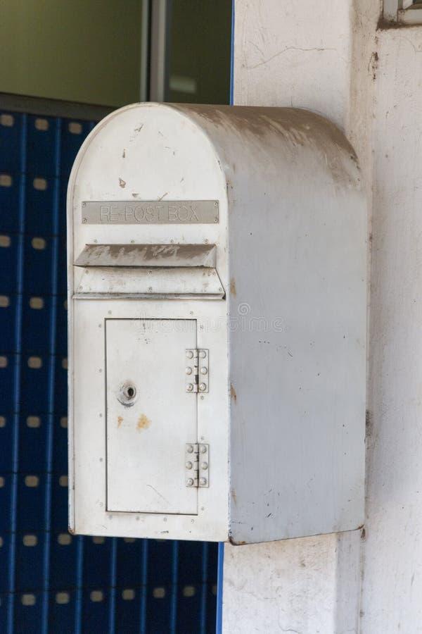 Ein schmutziger weißer Briefkasten lizenzfreie stockfotos