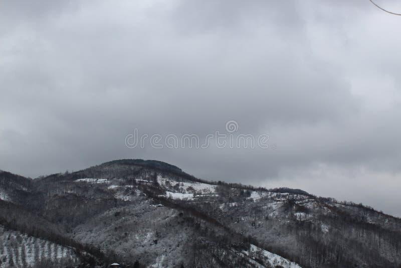 Ein schneebedeckter Berggipfel, der sehr brutal aussieht, zentral Serbien lizenzfreies stockbild