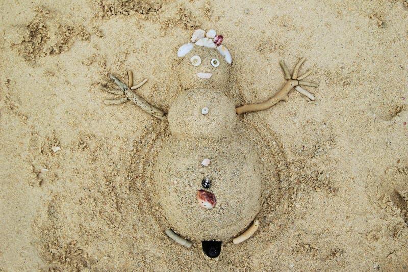 Ein Schneemann vom Sand und Muscheln auf einem Strand lizenzfreie stockfotos