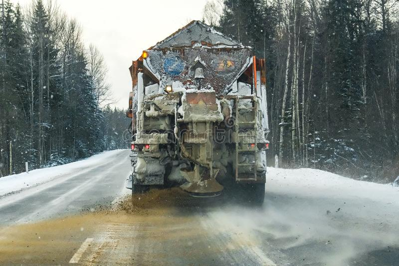 Ein Schneepflug auf der Autobahn stockfoto