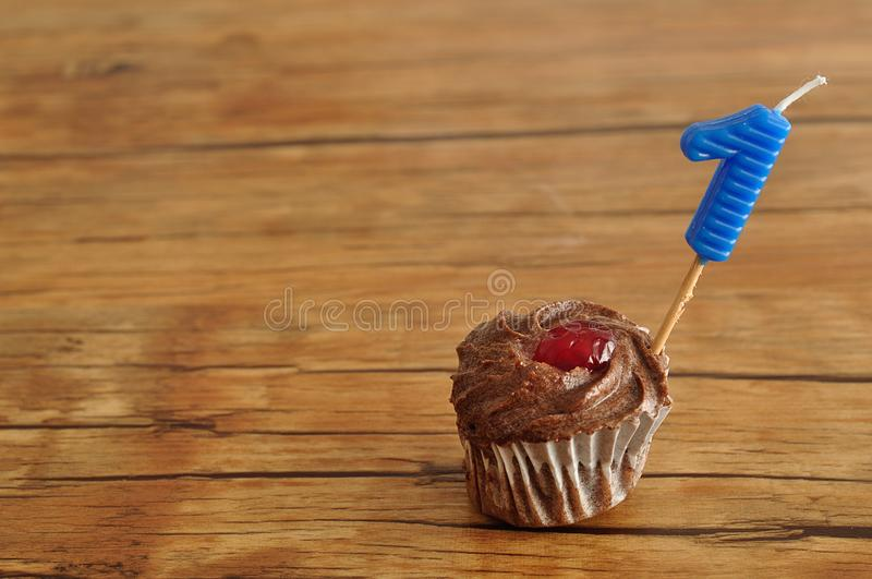 Ein Schokoladenkleiner kuchen mit einer Geburtstagskerze stockfotografie
