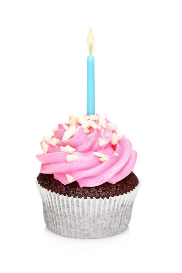 Ein Schokoladenkuchen mit glühender Kerze lizenzfreies stockfoto