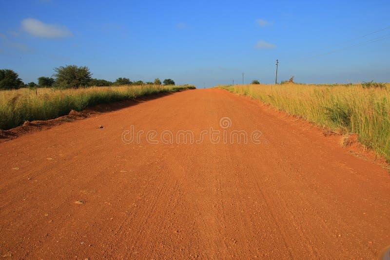 Ein Schotterweg und ein blauer Himmel lizenzfreies stockfoto