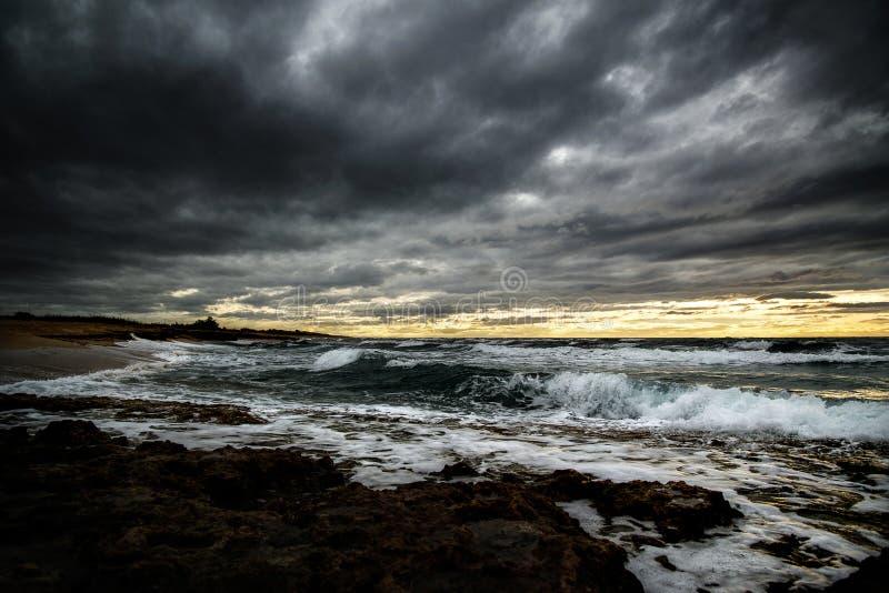 Ein schrecklicher Sturm in dem Meer hob die Wellen an und schlägt in den dunklen Wolken ein lizenzfreie stockfotografie