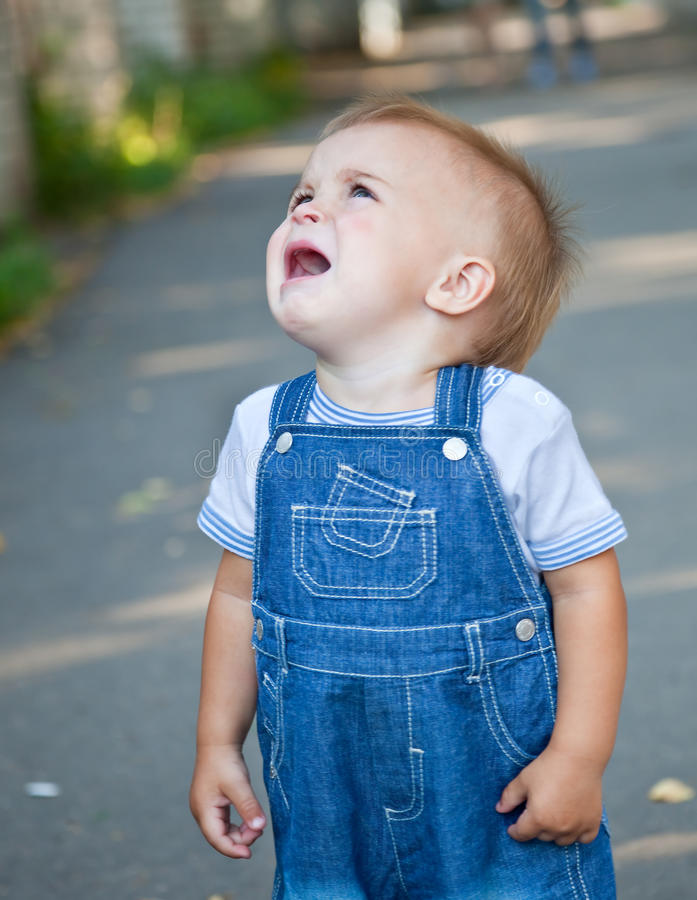 Ein schreiender Junge verloren in der Straße lizenzfreie stockfotos