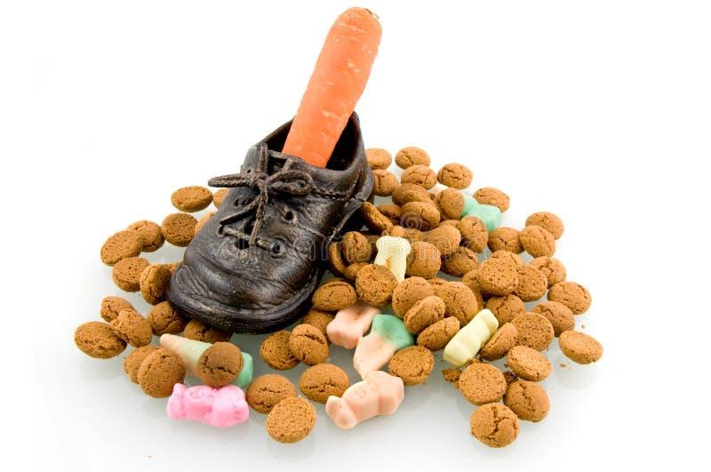 Ein Schuh mit Karotte und Sinterklaas Süßigkeit lizenzfreie stockbilder