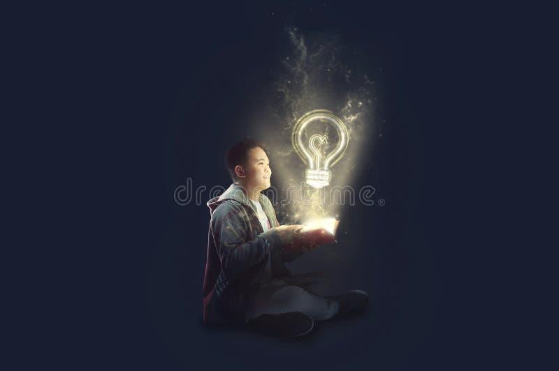 Ein Schuljunge, der eine Jackenholding und -lesung ein magisches Buch mit dem mystischen Licht herauskommt trägt Ideen von der Le vektor abbildung