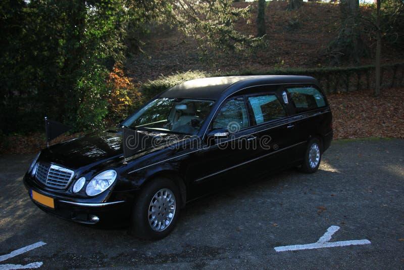 Ein schwarzer Leichenwagen lizenzfreies stockbild