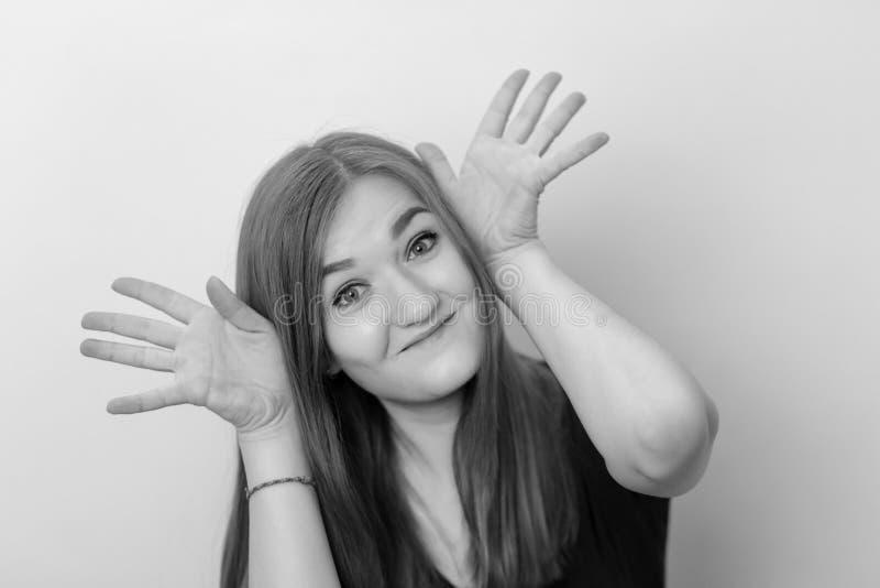Ein Schwarzweiss-Porträt eines positiven und glücklichen schönen Mädchens stockfoto