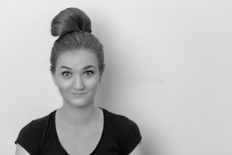 Ein Schwarzweiss-Porträt eines positiven und glücklichen schönen Mädchens stockfotos