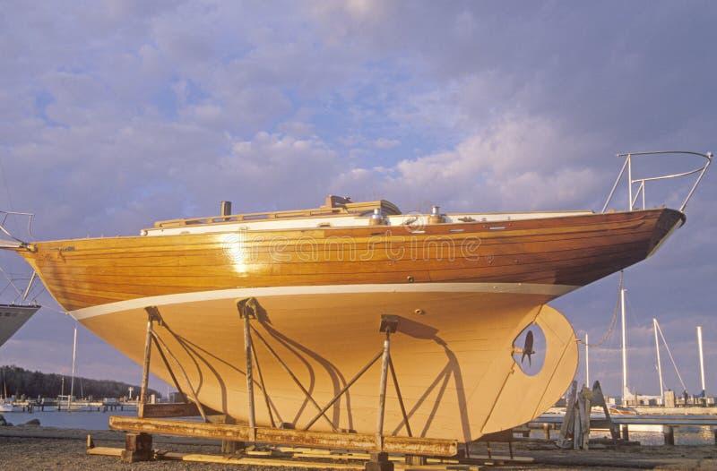 Ein Segelboot, das in Bayfield, Nord-Wisconsin errichtet wird lizenzfreies stockfoto