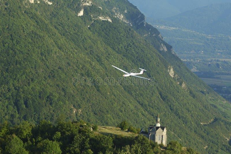 Ein Segelflugzeugflugwesen über Kirche Str.-Michel lizenzfreie stockfotos