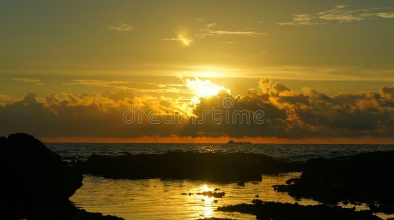 ein Segelschiff im Sonnenaufgang stockfotos