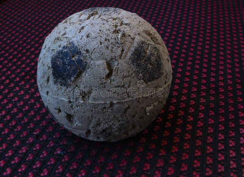 Ein sehr benutzter Ball lizenzfreie stockbilder