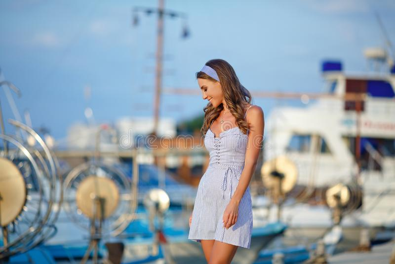 Ein sehr schönes sinnliches und sexy Mädchen in einem blauen gestreiften Kleid I stockfotos