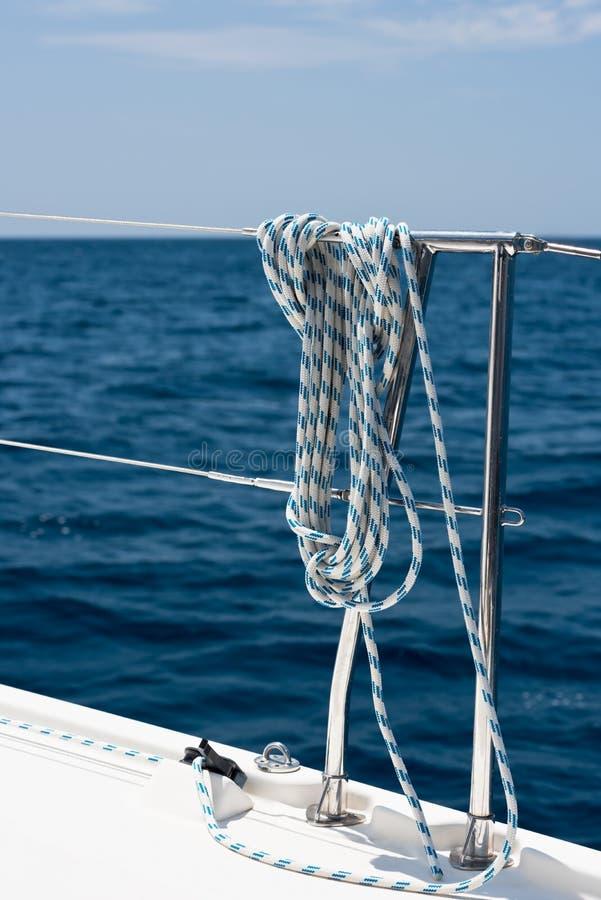Ein Seil gebunden um eine Rettungsleine auf einer Yacht lizenzfreies stockfoto
