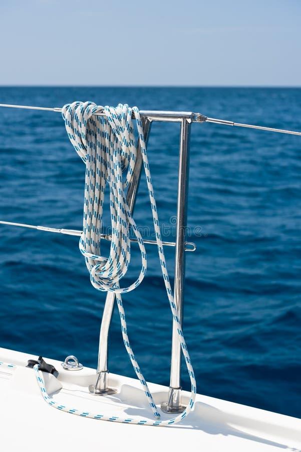 Ein Seil gebunden um eine Rettungsleine auf einer Yacht stockbild